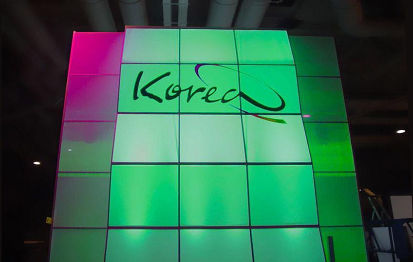 Leuchtwand mit Fernwirkung und Logo - Messestand Frankfurt