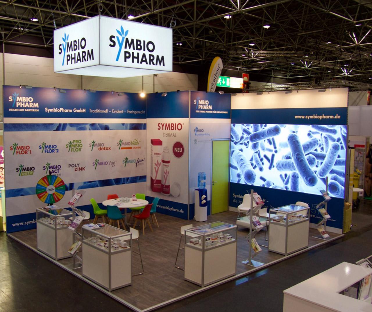 Messestand Doppelboden Laminat, Glasvitrinen für Produkte, Sitztischgruppe und Kabine - Messebau Düsseldorf