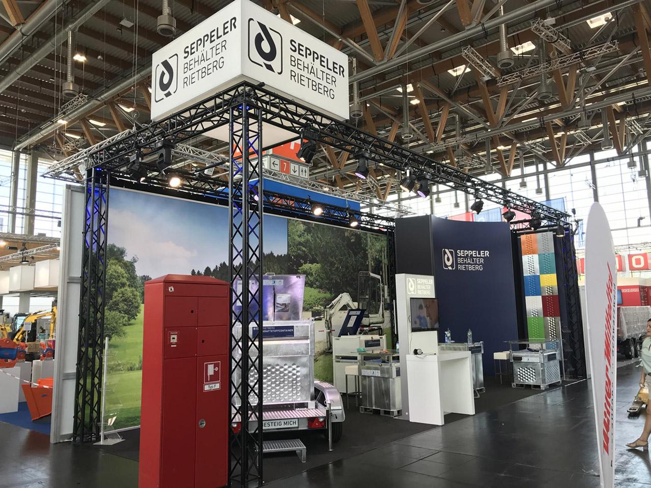 Messestand System Traversen, Teppichboden, große Grafikwand - Messebau Düsseldorf