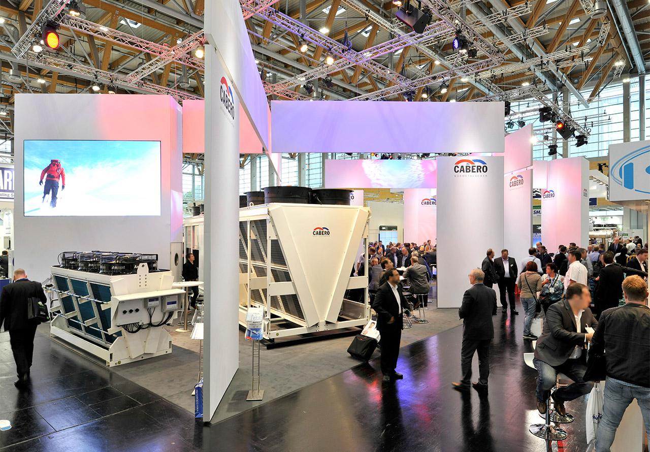 Messebau Düsseldorf mit Bildschirm, Produktpräsentation und Prospektständer