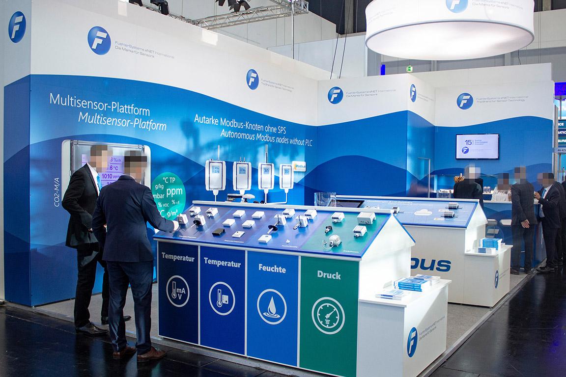 Messebauer Nürnberg - Individueller Messestand mit Podesten für die Produktpräsentation