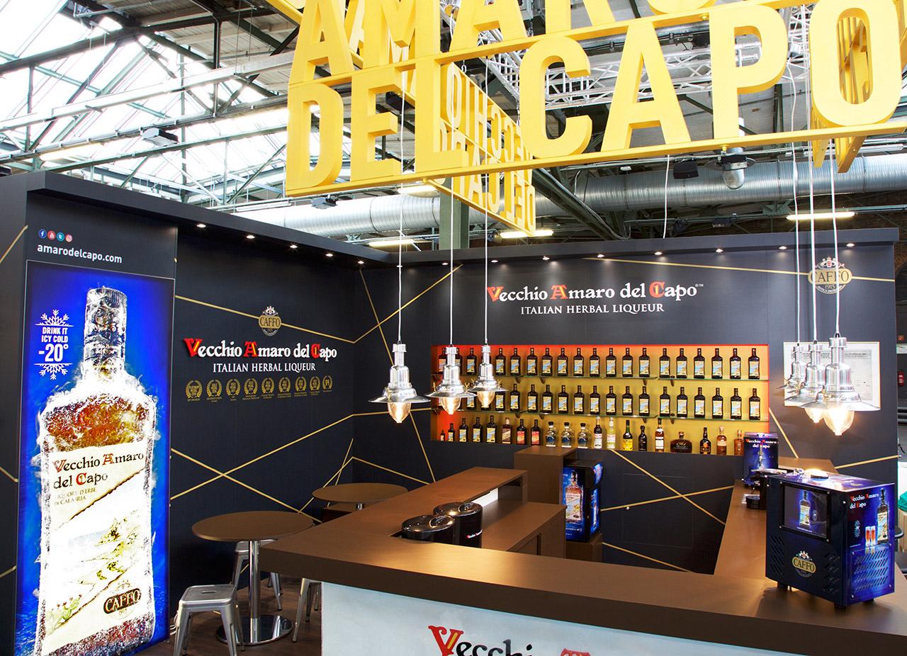 Messestand mit 3D Logoschrift für Fernwirkung, Bartheke, Messemöbel, Messewand mit Exponate - Messebauer Hamburg