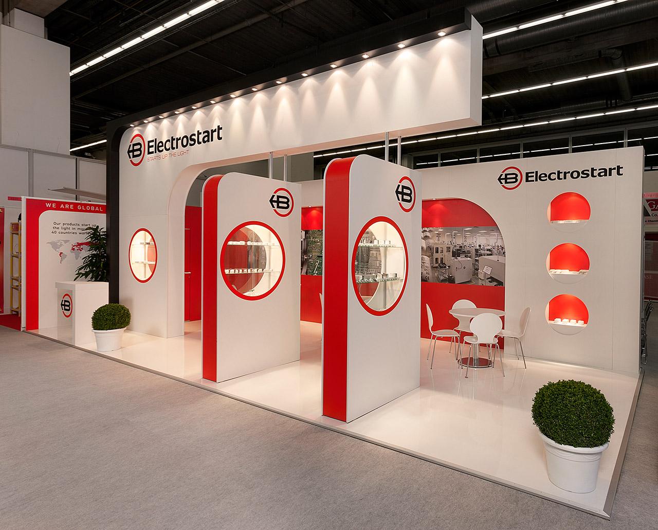 Messestand Doppelboden Laminat glossy weiss glassvitrinen exponate individueller Messebau Hamburg
