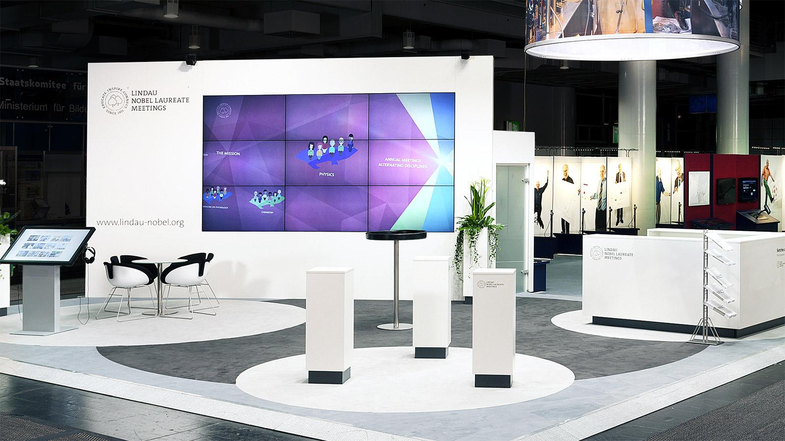 Messestand Empfangstheke LED Wand. Themenbereiche mit Ausstattung - Messebauer Düsseldorf