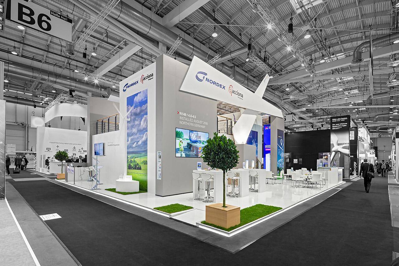 Messestand modern: Glossy Laminatboden, integrierte Grasflächen, Stehtischgruppen + Sitztischgruppen - Doppelstock Messebau Hamburg