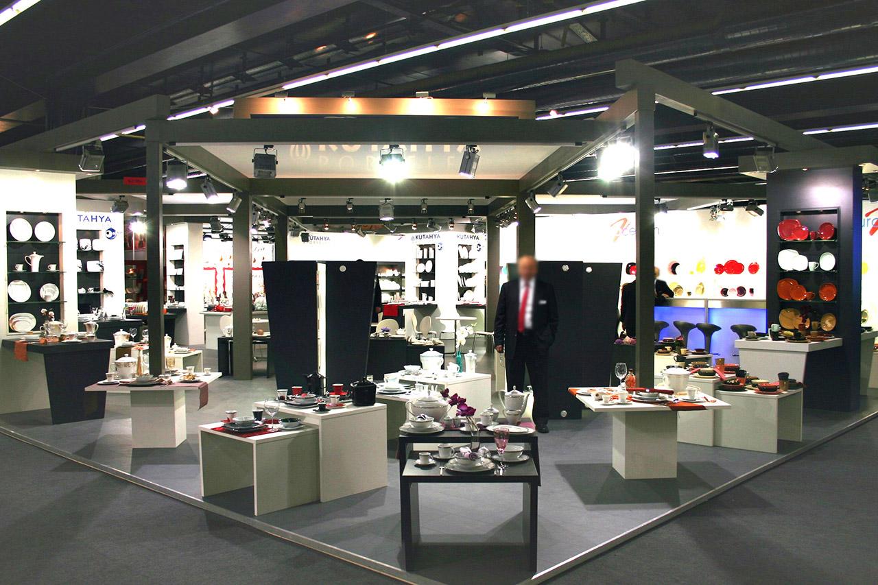 Messestand mit Teppichboden, Produktpodesten, Decke und Beleuchtung - Messebauer Berlin